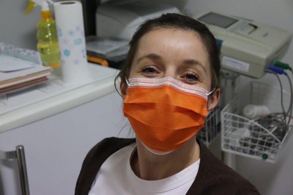 אישה עם מסיכה