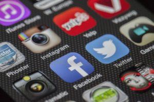 אייקונים של אפליקציות באייפון, כולל פייסבוק